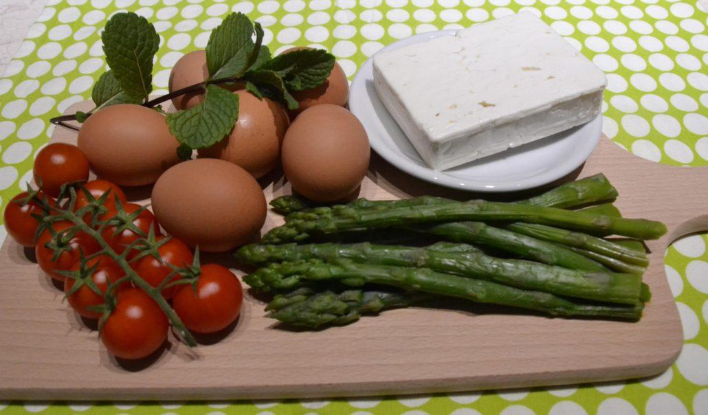 Omelette con asparagi, pomodori e feta